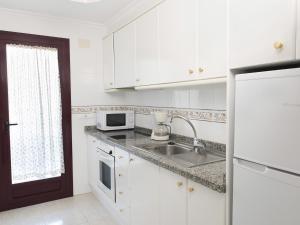 A kitchen or kitchenette at Apartamentos Topacio Unitursa
