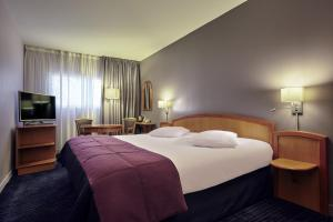 A bed or beds in a room at Mercure Metz Centre