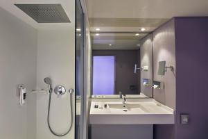 A bathroom at Mercure Metz Centre
