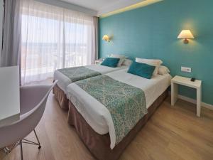 Een bed of bedden in een kamer bij BQ Apolo Hotel