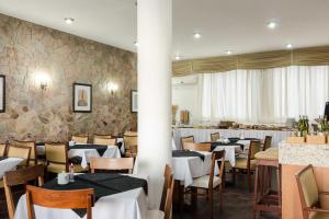 Um restaurante ou outro lugar para comer em Hotel Sinuelo