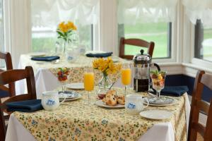 A restaurant or other place to eat at Brewster House Bed & Breakfast
