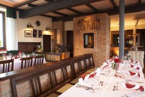 Ein Restaurant oder anderes Speiselokal in der Unterkunft Hotel Traumschmiede