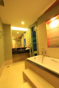 A bathroom at Maya Koh Lanta Resort