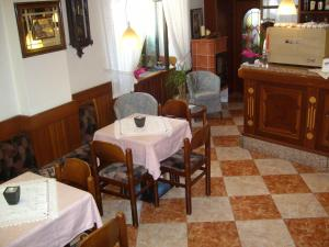 A restaurant or other place to eat at Albergo Antica Rosa