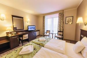 Телевизор и/или развлекательный центр в Malinowy Dwór Hotel Medical SPA