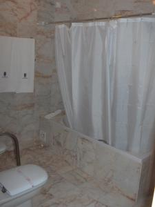 A bathroom at Hotel D. Ines de Castro
