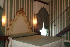 A bed or beds in a room at Hotel Belle Epoque