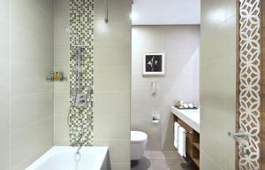 A bathroom at Hilton Garden Inn Dubai Al Muraqabat - Deira