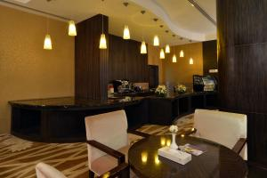 A restaurant or other place to eat at Boudl Majmaa Apartment