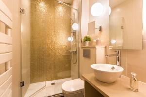 A bathroom at Hotel Yllen Eiffel