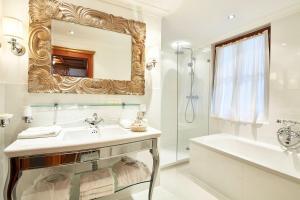 A bathroom at Tennerhof Gourmet & Spa de Charme Hotel