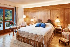 A bed or beds in a room at Tennerhof Gourmet & Spa de Charme Hotel