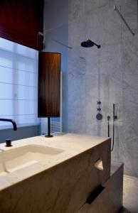 Een badkamer bij Raphael Suites by Smartflats