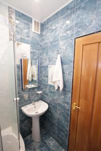 A bathroom at Intourist Hotel