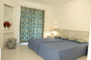 Een bed of bedden in een kamer bij Balaia Golf Village