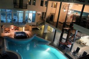 A view of the pool at Hotel Princi i Arberit or nearby