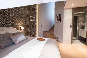 A bed or beds in a room at Le Roi de Sicile - Chic Apartment Hotel & Services