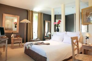 A bed or beds in a room at Domaine de Joinville