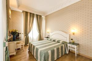 A bed or beds in a room at Hotel La Lumiere Di Piazza Di Spagna