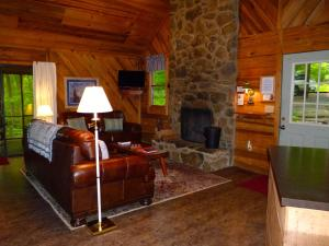 A seating area at Cabin Creekwood