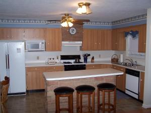 A kitchen or kitchenette at Cabin Creekwood