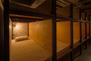 「泊まれる本屋」BOOK AND BED TOKYO 池袋にある二段ベッド