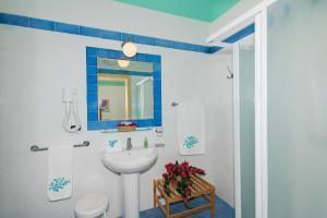 A bathroom at Hotel Ossidiana Stromboli