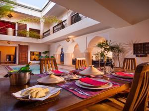 Ein Restaurant oder anderes Speiselokal in der Unterkunft Riad Darhani