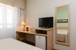Uma TV ou centro de entretenimento em Hotel Sinuelo