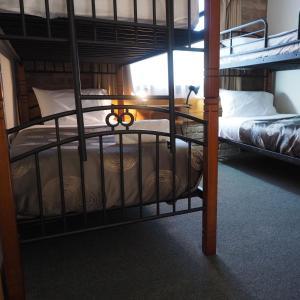 Двухъярусная кровать или двухъярусные кровати в номере Burnie Ocean View Motel and Caravan Park