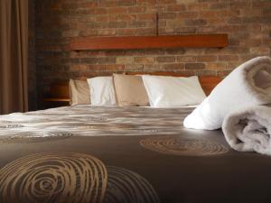 Кровать или кровати в номере Burnie Ocean View Motel and Caravan Park