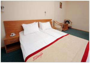 A bed or beds in a room at Colibri Hotel