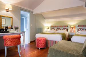 A bed or beds in a room at Hotel Louvre Bons Enfants