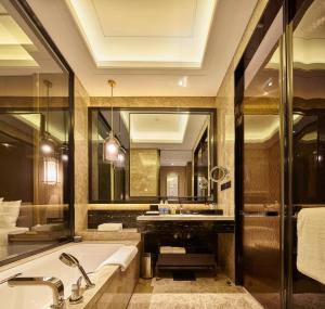 A bathroom at Wanda Realm Hotel Dongying
