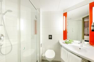 A bathroom at Ibis München City Arnulfpark