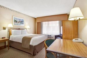 A bed or beds in a room at Travelodge by Wyndham Seattle By The Space Needle
