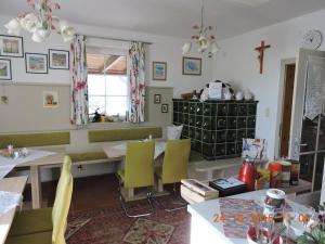 Ein Restaurant oder anderes Speiselokal in der Unterkunft Gästehaus Haagen