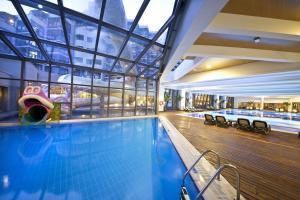 Het zwembad bij of vlak bij Limak Lara De Luxe Hotel