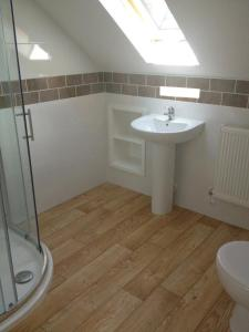 A bathroom at Forest View Holiday Park
