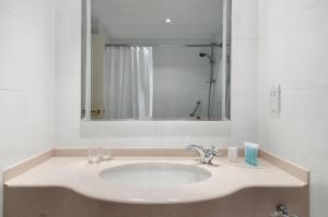 A bathroom at Hilton Leicester Hotel
