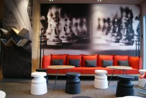 The lounge or bar area at ibis Winterthur City