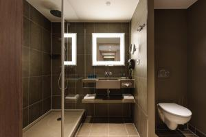 A bathroom at Novotel München City Arnulfpark