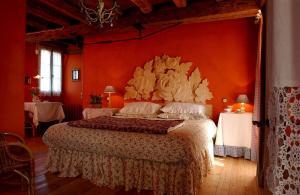 A bed or beds in a room at Maso Di Villa Relais Di Campagna