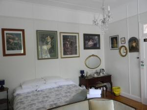 A bed or beds in a room at Glenellen Bed and Breakfast