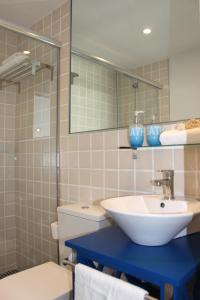 A bathroom at Corralejo Lodge