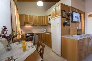 A kitchen or kitchenette at Thalami Apartment