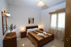 A bed or beds in a room at Thalami Apartment