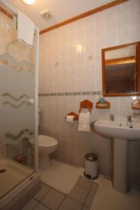 A bathroom at Avondale Farmhouse B&B