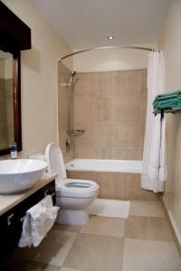 A bathroom at Island Inn Hotel All-Inclusive